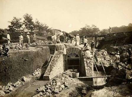 Pembangunan gorong-gorong untuk KA di daerah Rancaekek, Jatinangor. 1916