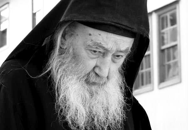 Supraalimentarea și sedentarismul macină vitalitatea omului, iar postul aduce sănătate trupească și limpezește mintea - Părintele Petroniu Tănase   La Taifas