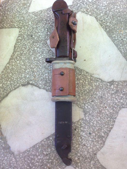 AK-47 Kalashnikov bajonet  Bajonet voor de AKM ik (Avtomat Kalashnikova Modernizirovanniy) een verbeterde versie van de AK47. Deze bajonet is in zeer goede staat leer werk is compleet en in goede conditieDe bajonet is mooi nummer matching met nummer S AP 4259. 100% originele!Dit item zal geregistreerd worden verscheept.Verzending alleen binnen de Europese Gemeenschap!  EUR 35.00  Meer informatie