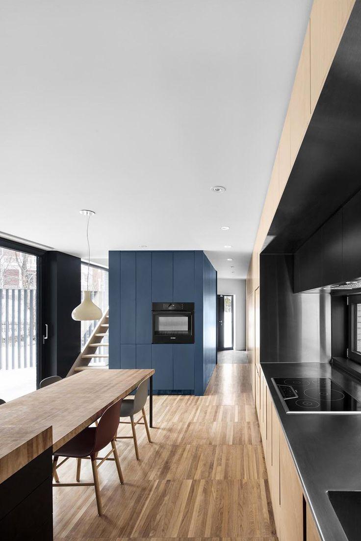 Mur bleu (placards), parquet, cuisine / salle à manger Les architectes montréalais de Naturehumaine signe la Résidence Mc Culloch.