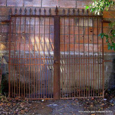 VERRE ANTIQUE GLASS Antiquités du Sud Marchandises de hasard...! Ancien portail en fer forgé, à sabler et poser