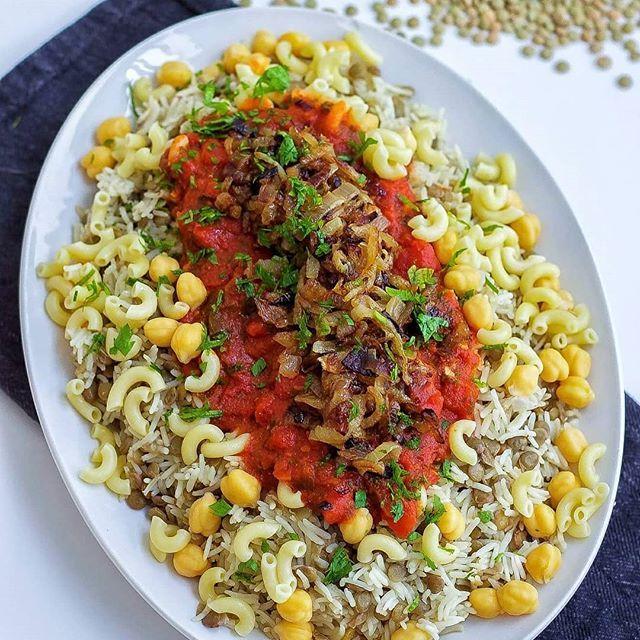 Koshari- en traditionell egyptisk risrätt. Det är verkligen en ovanlig mix på rätten. Det varvas ris, linser, het tomatsås, karamelliserad lök, pasta och kikärtor i ett och samma fat. Vilken härlig mix och vilka smaker😍 Rätten är vegansk. Sök efter KOSHARI i bloggens sökruta så hittar du receptet