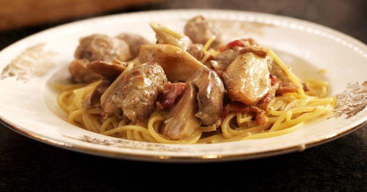 Als je niet zoveel tijd hebt, maar toch een lekkere maatijd wil serveren dan is pasta een culinair godsgeschenk. Dit gerecht met 'uitgeknepen' (jawel) worsten, stukjes gezouten spek, een selectie paddenstoelen en pittige Italiaanse Gorgonzola is een smaakbommetje dat de grootste honger kan stillen.