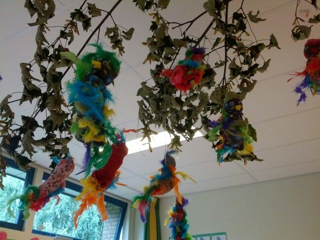 Sok papegaaien aan een tak aan het plafond. Oudsten maken ze vrijwel helemaal zelf. Kinder sok met kranten vullen. Juf bindt koppie af. Plak oogjes erop. Snavel van een stuk pijpenrager en vleugels en veren van een oude Boa! Leuk bij schatkist thema dieren...