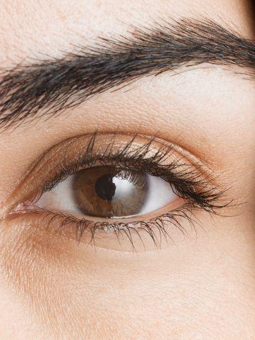 Ojos cafes. En esta categoría, puedes encontrar desde los más claros, como miel o avellana; marrones verdosos, hasta color café. Apégate a los colores bronces, tierras, rosas, malvas y la familia de morados. Para un evento especial, recurre a tonos festivos como dorado o plata –combinados con negro- para intensificar tu mirada. Las mujeres con ojos marrones - en sus diferentes tonalidades - tienen la ventaja de poder utilizar cualquier color de sombra existente.
