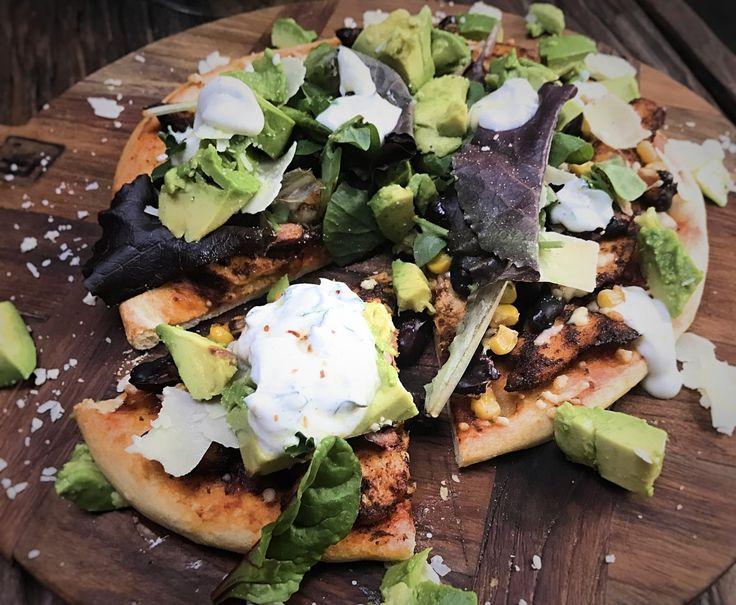 Een Mexicaanse pizza op een bloemkool pizzabodem.Ik snap dat je wenkbrauwen omhoog gaan maar geloof me, debloemkool pizzabodemsvanMagionizijn echt heel erg lekker.Normaal gesproken vinden wij allebei kant en klare pizzabodems niet lekker en daarom maak ik ze eigenlijk altijd zelf. Voor dezepizzabodemswil ik zo nu en dan wel een uitzondering maken. RECEPT MEXICAANSE PIZZA  …