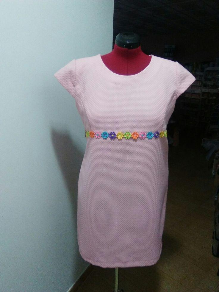 Vestido rosa con pasamaneria de flores confeccionado por luisi