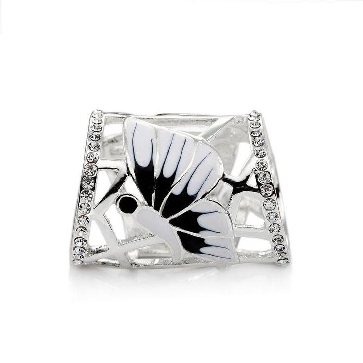 Ozdoba Butterfly je rúrkový typ spony na šatky a šály. Sponu tvoria dva nádherné motýľe s bielou glazúrou. Ozdoba je rúrkovitého vzhľadu, aby bolo možné ľahké upnutie na šatku alebo šál.  Táto ozdoba na hodvábne šatky a šály je vyrobená z kvalitnej zlatiny kovov a následne pozlátená lešteným striebrom. Tento luxusný doplnok dodá vášmu outfitu lesk a iskru. Ozdobu je možné nosiť aj ako ozdobný prsteň. www.mariejean.eu