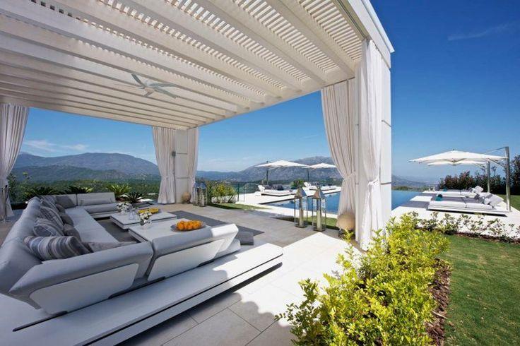 déco de terrasse moderne avec pergola blanche