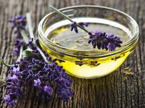 Met gedroogde lavendelbloemen en een plantaardige olie maak je zelf een heerlijke lavendelolie.
