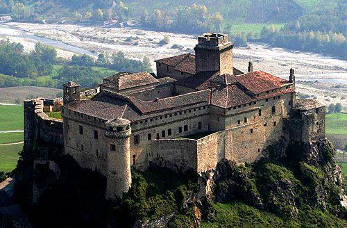 The Castle of Bardi (or Landi), Upper Ceno Valley, Parma, Emilia-Romagna, Italy - www.castlesandmanorhouses.com