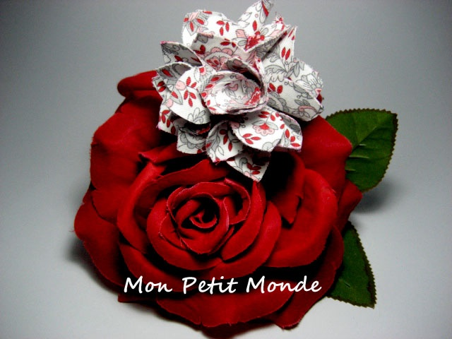 Flor para broches, coleteros o diademas en gris y rojo.