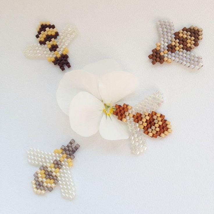 """""""La première arrivée à la fleur a gagné"""" !!!! Ça y est, je crois bien que je l'ai trouvée ma petite abeille !   (voir plus de photos dans les slides ) Les derniers changements : un nouveau test de marron ✔️ une modif à la base de la tête ✔️ une inversion de couleurs dans les jaunes/doré ✔️ un mix de blancs irisés dans les ailes ✔️ Au final, il y aura donc eu 8 versions de dessins, 4 versions """"essais couleurs"""", 11 couleurs testées  Et maintenant, je lui colle une broche sur le ventre"""