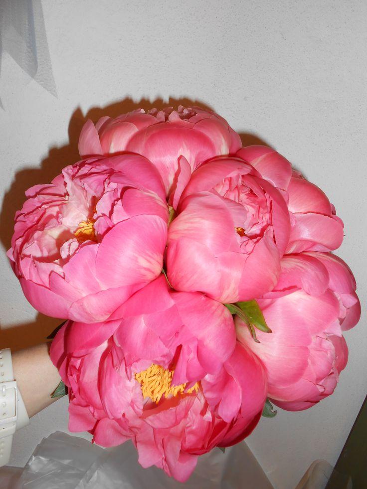 bouquet da sposa con peonie corallo