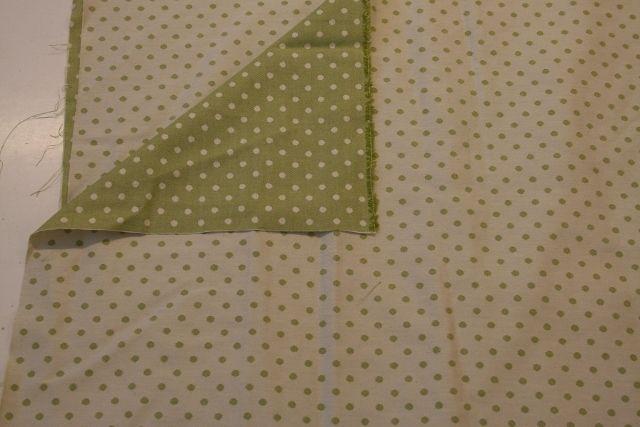 http://www.radicifabbrica.it/prodotto/twill-tessuto-pois-verde-doubleface/ Tessuto a pois piccoli doubleface verdi : da un lato ha il fondo panna e i pois verdi, dall'altro il fondo è verde e i pois panna.