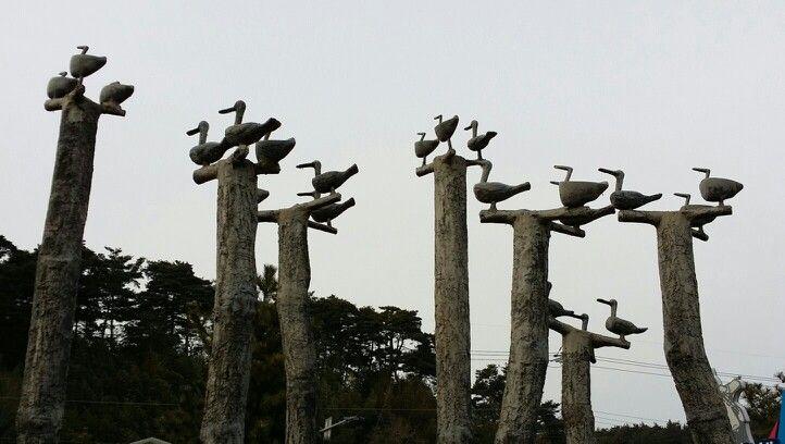 """강릉 진또배기 솟대 :  진또배기는 """"Y"""" 모양의 긴 나무 꼭대기에 세 마리의 나무 기러기를 깎아 올려 놓은 것으로, 고대사회로부터 마을의 안녕과 물, 불, 바람 등 세가지 재앙을 막아준다고 합니다."""