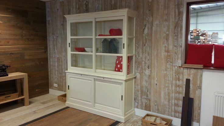 Witte kast met houten wand fairwood houten vloeren houten vloer fairwood - Kleden houten wand ...