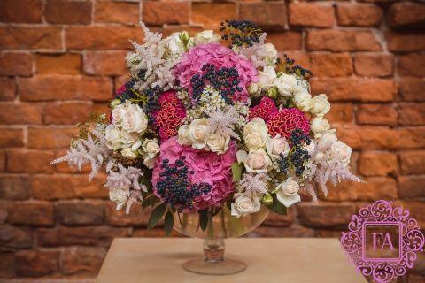 Букет Эвжени де Монтиджо купить с доставкой в Москве, красивый букет цветов