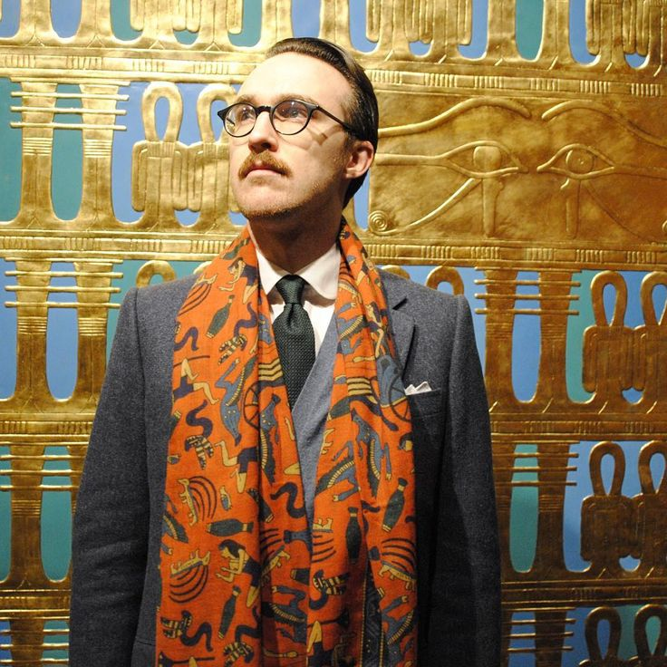 Basking in the Egyptian sun. Well, not really: visiting the new Tutanchamon exhibition, which was not all that impressive. At least it was a good opportunity to wear the Egypt-themed Drake's scarf my wife got me for Christmas. #tutanchamon #egypt #drakes #drakeslondon #tweed #dapper #classicstyle #classicmenswear #grenadinetie #clubcollar