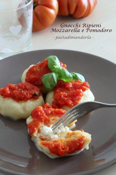 Gnocchi di Patate Ripieni di Mozzarella con Sugo al Pomodoro