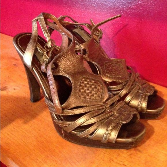Women's sandals Super cute bronze sandals.. Old sandals super cheAp!! Steve Madden Shoes Sandals