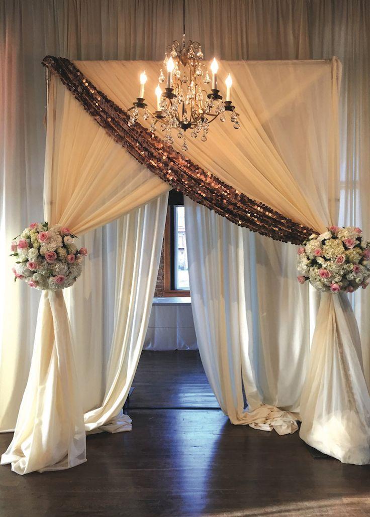 Wir lieben diesen königlichen Einstiegsweg für den Empfang! Weiße Vorhänge mit goldenen Akzenten …   – Gold Weddings