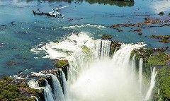 É possível visitar uma das sete maravilhas naturais do mundo… no Brasil. É só ir a Foz do Iguaçu! Com toda a sua diversidade a cidade no Paraná é um dos mais belos destinos turísticos do mundo. As cataratas impulsionam o turismo local e cinco das grandes quedas d'água (ou saltos) são do lado brasilei