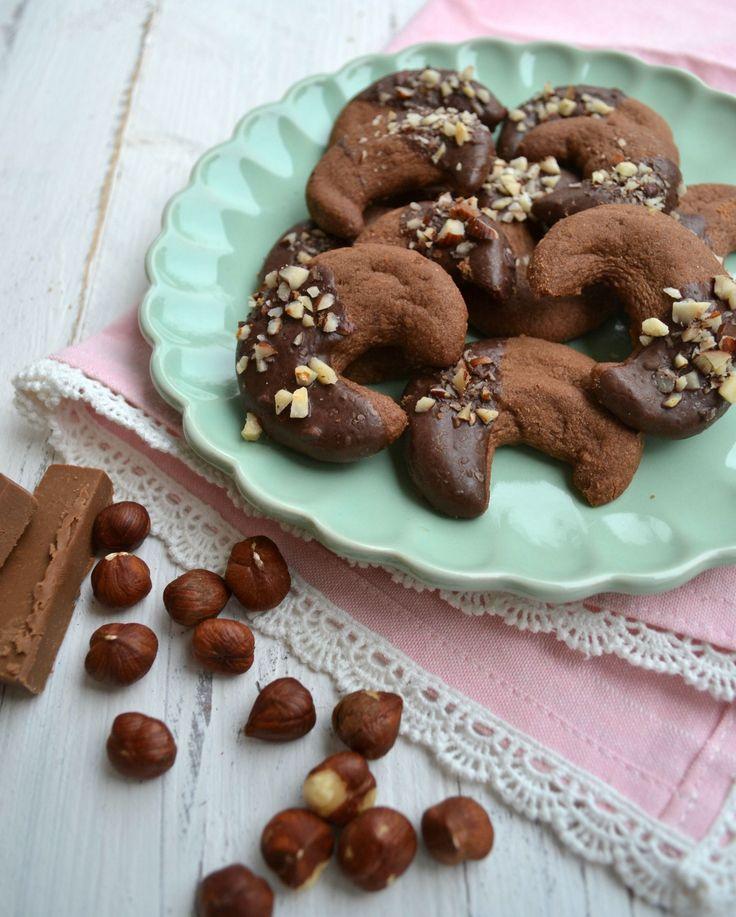 Heute habe ich nochmal ein leckeres Rezept für euren Plätzchen Teller! Ich liebe ja Vanille Kipferl, aber die Kombination von Nougat und Schokolade kann einfach alles ;) Achtet beim Kauf darauf, da...