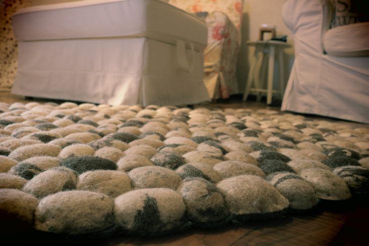Ein Steinteppich der glücklich macht! SUKHI handgemachte indische Teppiche #Sukhi #Stone #Unikat