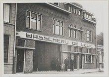 Wasserij. Bergen op Zoom, Sint - Josephstraat; wasserij De Lelie voor uitstomen van kleding. Henk Hoek met zijn vrouw, zoon Jan en broer Gerrit.