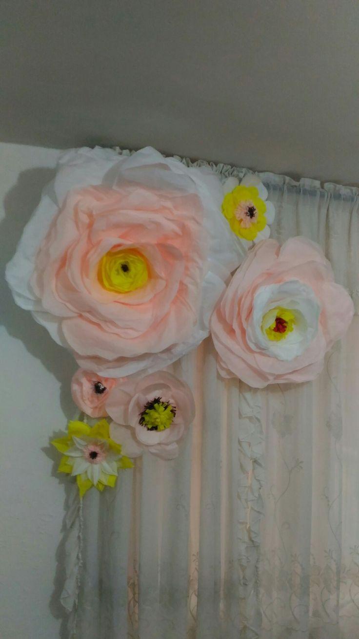 Flores de papel hechas con papel cometa o seda