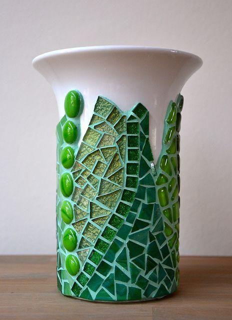 C mo reciclar una botella de vidrio en un jarr n de - Como decorar jarrones ...