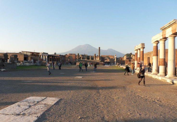 Pompeje koło Neapolu. Miasto odkryte z popiołów. Ofiara Wezuwiusza. Jeden z…