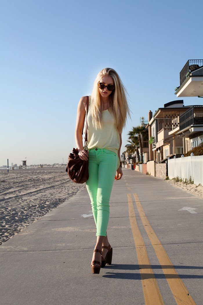 her pants are the most gorgeous minty color I have ever said !  loooove those pants Zara shirts shoes Estilo Emporio necklace Fashion blogs Current Elliot jeans