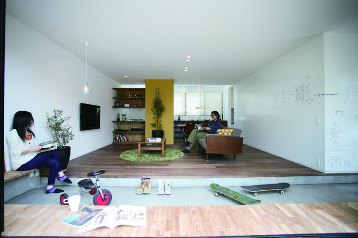 今回は土間のあるお家になります。 土間のあるお家はどことなく日本人のDNAに組み込まれているのか、懐かしい雰囲気を感じます。 土間にベンチを配置して、玄関でもくつろぎを演出。 土間のある生活はいかがですか。 シンプルデザイン 土間とリビングがつながるお家の画像   RYO'S Sturdy Style private blog