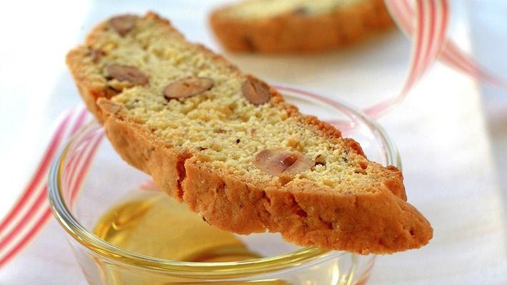 Biscotti er en italiensk klassiker som dyppes i Vin Santo eller en deilig sterk kaffe.