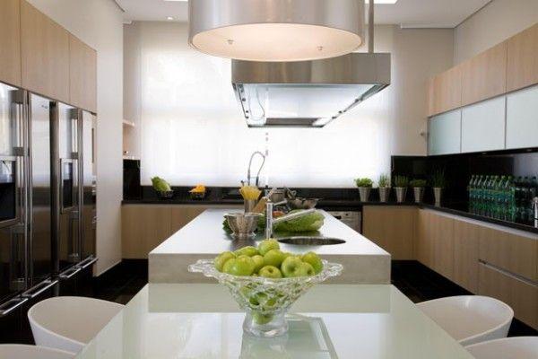 cozinha grande com ilha e mesa armarios de madeira coifa cooktop