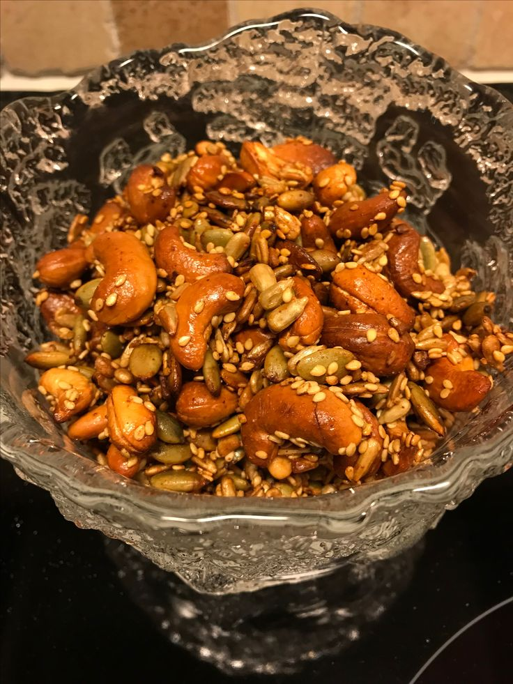 Nyttiga proteinrika snacks kan det bli bättre? Ja, de är enkla att göra också Värm ugnen till 250 grader. Blanda 1 msk vatten, 1 msk honung, 1 msk chiraschasås, 1 tsk flingsalt i en skål blanda tills allt löst sig . Tillsätt 2 dl cashewnötter, 1 dl pumpakärnor, 1 dl solrosfrön, 0,5 dl sesamfrön, cayennepeppar efter tycke och smak. Rör om så att vätskan blandar sig ordentligt med nötter/ fröblandningen. Häll ut jämnt på plåt med bakplåtspapper, rosta ca 5-10 min TITTA HELA TIDEN I SLUTET.