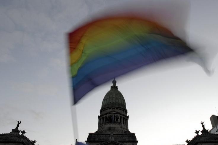 Argentina: El 15 de julio de 2010 se convirtió el primer país de América Latina en autorizar el matrimonio homosexual y adopción.
