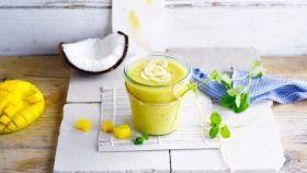 Kokosovo-mangové smoothie s banánom a mätou