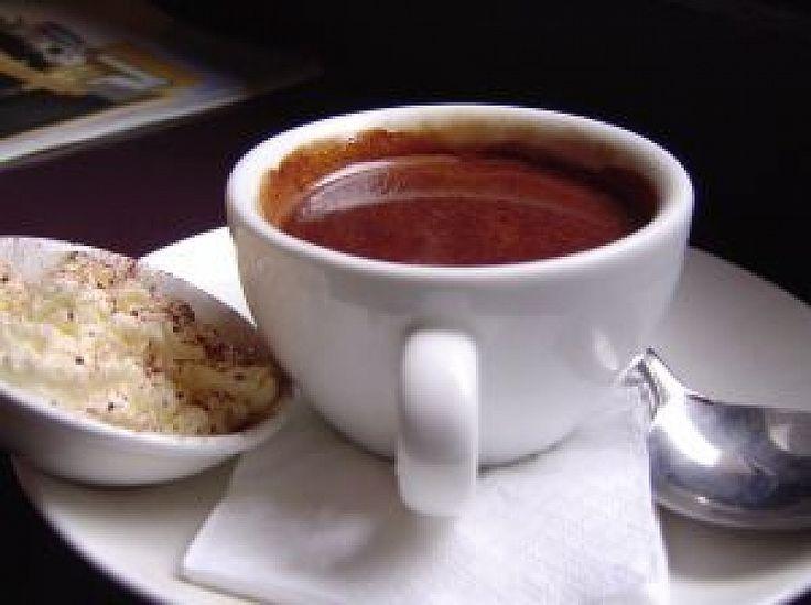 Horká čokoláda nejen pro děti 0,5 litru mléka 1,5 tabulky hořké čokolády 2-3 lžíce krupicového cukru 5 lžic kakaa (holandské)     V malém množství mléka na mírném plameni rozpustíme kakao a cukr,  směs přivede k varu. Poté přilijeme zbytek mléka a zahříváme. Když se mléko téměř vaří, vypneme sporák a postupně přidáme čokoládu nalámanou na kousky. Mícháme až do úplného rozpuštění čokolády. Přelijeme do hrníčků a ihned podáváme.
