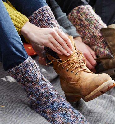 Damensocken mit Hebemaschenmuster  aus REGIA 6-fädig - Sogar die passioniertesten Stubenhocker werden zugeben: ein kleiner Ausflug an die frische Luft kann nie schaden. Den Kopf freipusten lassen, in die Wolken sehen und ein leckeres Picknick genießen - das macht besonders viel Spaß, wenn man es sich auf der Decke im Gras so richtig gemütlich macht. Also Schuhe aus und Kuschelsocken an! Dieses tolle Modell im einfachen Strukturmuster mit Hebemaschen sieht richtig klasse aus!