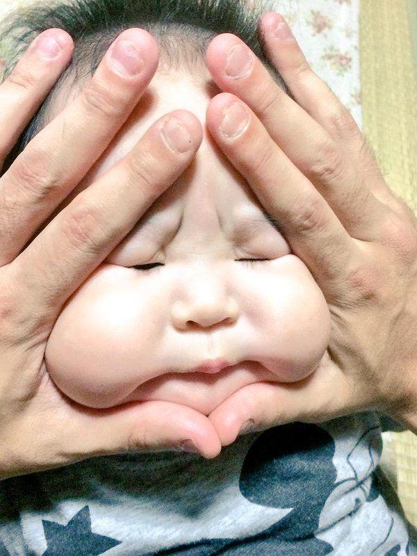 """Japon - Si vous aimez les bébés joufflus, la dernière mode venue du Japon va vous faire fondre. Des parents s'amusent à transformer leurs bambins en """"onigiri """", cet en-cas constitué d'une boulette de riz entourée d'une algue nori."""
