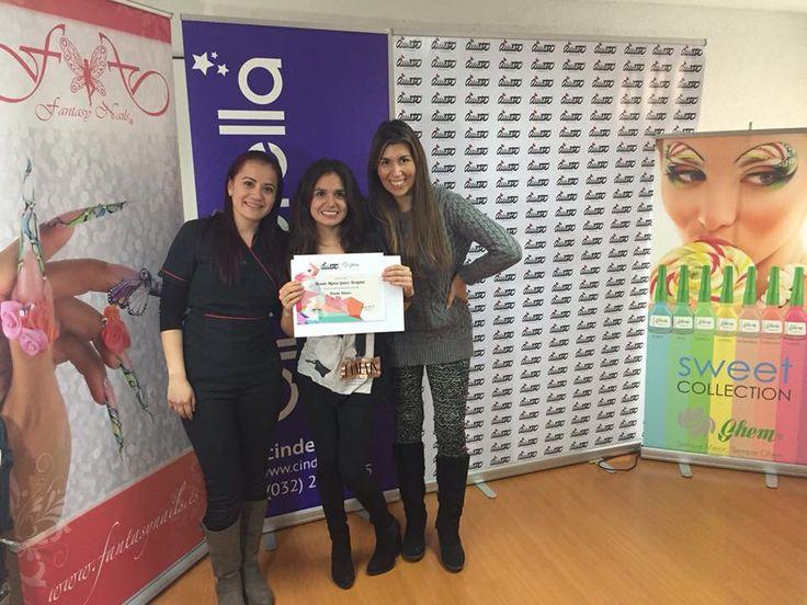 Nuestra alumna feliz con su certificado del curso de diseño a mano alzada en #ViñadelMar.