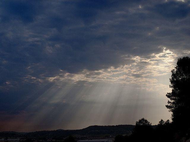 Autoridad: en esta imagen se puede ver cómo las nubes intentan ejercer cierta autoridad sobre el sol impidiendo que éste salga aunque no puede hacer nada ya que al final aparece a través de ellas. En cuanto a las redes pasa algo parecido, no existe una autoridad en sí que nos fije la información que debemos obtener aunque a veces esa información sea limitada y escasa.