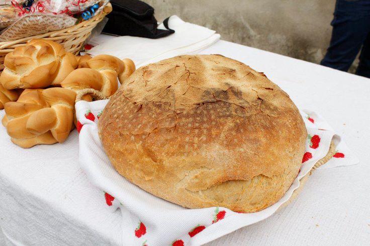 Questo pane di semola di grano duro è una focaccia che mantiene la sua morbidezza anche per una settimana. Viene chiamato anche pane di Sanluri dove raggiunge un peso non inferiore ai 2 Kg.