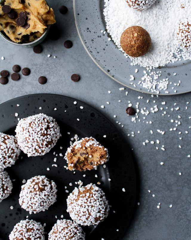 Chokladbollar & Kakdeg  Recept från Amelias blogg Först kakdegen, sedan chokladbollsmeten, sedan doppa kakdegsbollarna i smeten