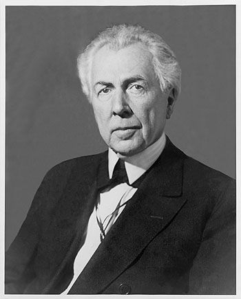 Frank Lloyd Wright at 63 in 1930. Photographed by Price Studios.