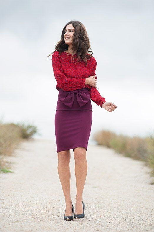 ACTITUD LADY.  Falda tubo con lazo de Jiro Modas. Blusa estampada de Riverside.  Salones con puntera metálica de @exeshoes.