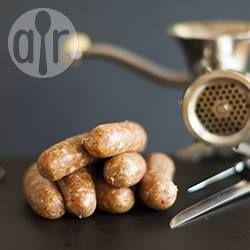 Como fazer linguiça caseira @ allrecipes.com.br - Essa receita ensina o passo a passo de como fazer linguiças em casa. Para os ingredientes, use a carne que desejar (boi, porco, ave), e dê um toque especial com seus temperos favoritos. A proporção de carne para gordura é de 70% carne para 30% de gordura.
